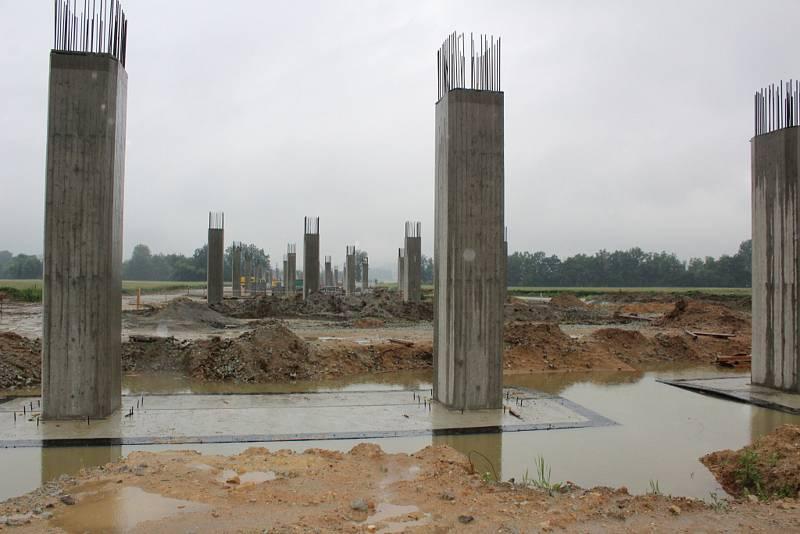 Vytrvalý déšť zalil vodou i piloty budoucího mostní estakády  u Malše v polích mezi Novými Hodějovicemi, Vidovem a Roudným.