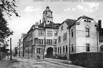 Dukelská ulice po roce 1910, budova s věží bývala tenkrát německé dívčí lyceum.