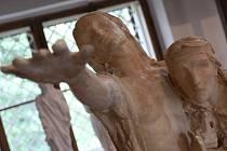 Unikátní kresba, která se zachovala navzdory velkému požáru, plastika Panny Marie i návrhy nepostavených pomníků. Novou expozici s reprezentativním výběrem sochařských děl si mohou prohlédnout návštěvníci Domu Františka Bílka v Chýnově na Táborsku.