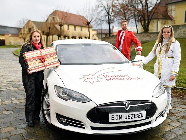 E.ON letos rozváží dárky elektrospřežením. Elektromobil Tesla bude k vidění i v jihočeských městech.