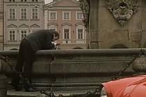 Záběr z filmu Muka obraznosti. Přímo u Samsona stála ve filmu auta. Herec Pavel Pípal, který má v ději potíže s alkoholem, se omývá v kašně