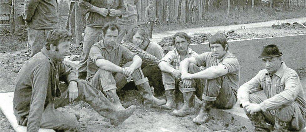 """Práce. Znavení brigádníci při rekonstrukci požární nádrže """"Išák"""" v 70. letech."""