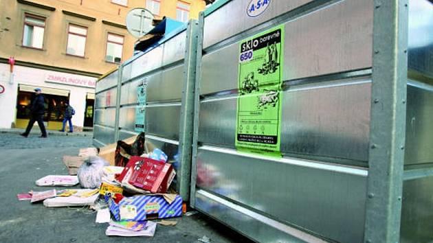 Mnoho kontejnerových hnízd zdobí pravidelně odpad, který se do nádob nevejde. Takto to v pondělí vypadalo v Kněžské ulici.