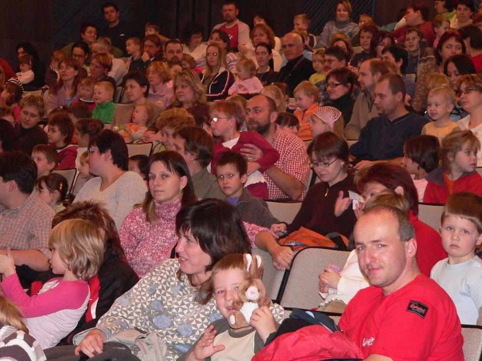 Malí diváci v Týně ani nedutali, když na vlastní oči sledovali své kamarády, které dosud znali jen z televizní obrazovky.  Dobře se bavili také rodiče.