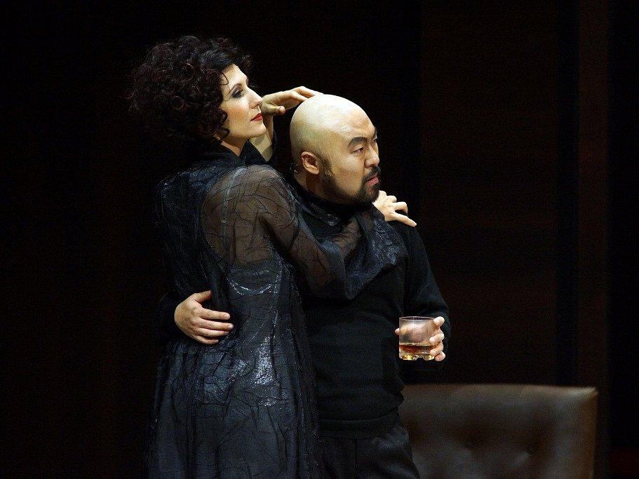 Hudební divadlo v rakouském Linci nastudovalo Wagnerovy Nibelungy. Téměř pětihodinový Soumrak bohů proměnilo v napínavý a dynamický útvar. Na snímku Sonja Gornik jako Gudrun a Seho Chang jako Gunther.