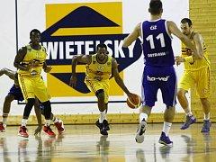 NOVÁ TVÁŘ. Joshua Nofflet (s míčem) se snaží společně s Tomášem Vošlajerem přejít přes ostravského Čiže (uprostřed).