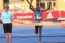 Keňský závodník Justus Kangogo si běží pro vítězství v loňském ročníku závodu.