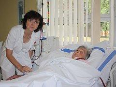 Primářka interního oddělení MUDr. Marie Pešková mezi pacienty na dialýze.