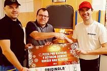 Ředitel dětského domova v Boršově Miroslav Kouřil (uprostřed) přebírá certifikát na pizzu zdarma od předsedy SK Pedagog České Budějovice Přemysla Horáka (vlevo) a výrobce pizzy Ladislava Vrábela.