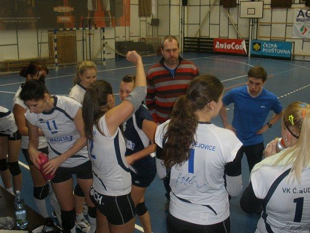 Hráčky Madety se radují spolu s trenérem Šimonkem po vítězném utkání ve Střešovicích, které jim zajistilo prvoligový titul