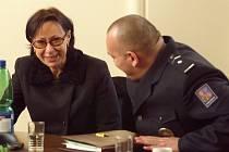 Ředitelka Egon Schiele Art Centra Hana Jirmusová na tiskové konferenci se zástupci jihočeské policie, kterým za vypátrání vzácného obrazu odcizeného ze sbírek centra předala 14. února 2003 spolu se zástupci krumlovské radnice věcný dar.