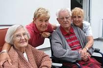 Rodina lékaře Jaroslava Semráda, který v úterý oslavil 101. narozeniny, nejspíš užívá zázračný elixír mládí.  Manželce Evě (zleva) bude na podzim 85 let, dceři Barboře  by nikdo nehádal 62 let a ani prvorozené Veronice, která už je v důchodu, 63 let.