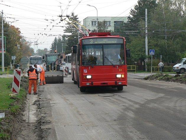 Mezi ulicí Milady Horákové a ulicí Václava Talicha v Českých Budějovicích nyní smějí jezdit jen vozy MHD nebo záchranka. Pro ostatní provoz platí kvůli opravě vozovky uzavírka.