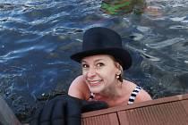 Silvestrovský Lannův  ponor vltavský 2017 u Lannovy loděnice v Českých Budějovicích sledovalo několik set diváků na obou březích Vltavy a zúčastnilo se ho skoro stovka plavců