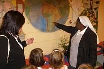 Sestra Mercy ukazuje dětem ve školce, kde se v Africe starají o sirotky.