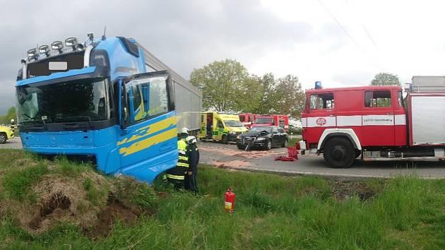 Střet dvou kamiónů a osobního auta u Velešína.
