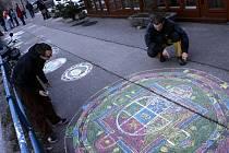 Studenti biskupského gymnázia i náhodní kolemjdoucí kreslili u slepého ramene Malše tibetské mandaly. Objevila se tu rozmanitá díla, někteří dětští účastníci doplnili mezi tradiční obrazce kytičky či šneky.