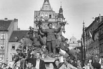 První vojáci Rudé armády na českobudějovickém náměstí v květnu 1945.