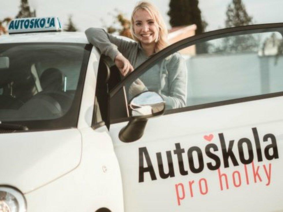 Přátelsky. Michaela Votrubová z Ledenic si přeje, aby její žačky vzpomínaly na autoškolu jen v dobrém.