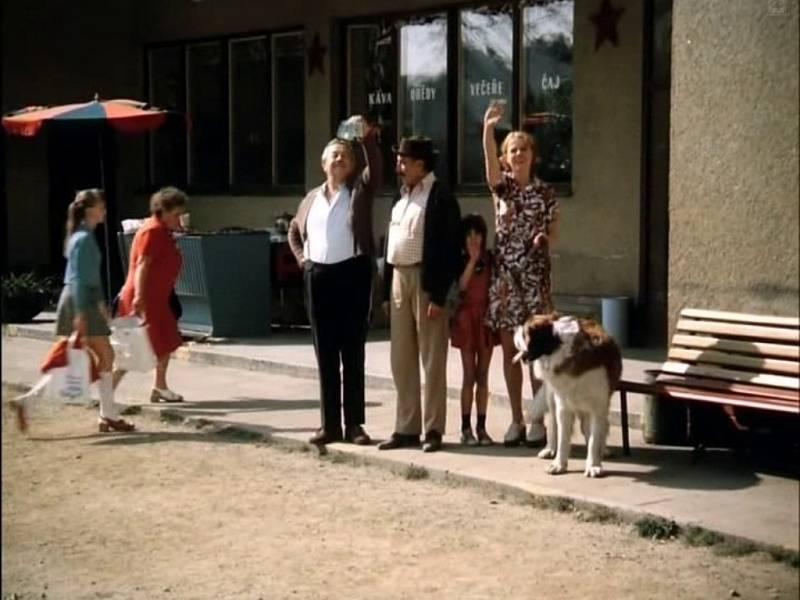 Kromě známých herců herců (na snímku vpravo mává Iva Janžurová) se u natáčení pohybovala řada kolemjdoucích.
