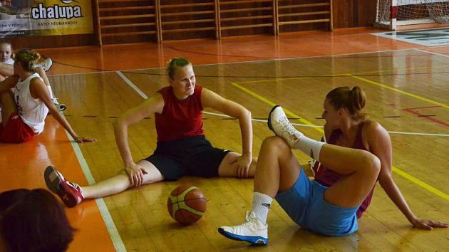 TRÉNINK. Na prvním srazu basketbalových Strakonic jsou zleva pivotmanky Zora Jilečková a Alena Jeništová.