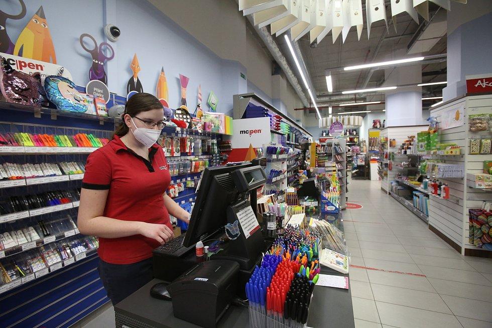 Od ponděli budou zavřené už i obchody s obleením a obuví pro děti a také papírnictví. V sobotu před zahájením omezení nic nenasvědčovalo tomu, že by lidé chtěli na poslední chvíli vytvářet zásoby tohoto zboží.