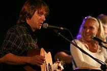 Jan Brož, písničkář, šéf skupiny Devítka. Vpravo na snímku zpěvačka Devítky Jindřiška Brožová.
