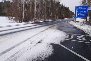 Sněhové jazyky u Štilce na silnici I/39 mezi Českými Budějovicemi a Českým Krumlovem.