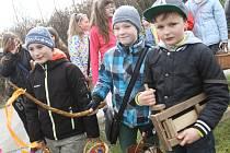 Děti s řehtačkami budou v Doudlebech i v letošním roce obcházet ves už od čtvrtečního podvečera. Hrkání uzavře koleda s pomlázkami na Bílou sobotu.