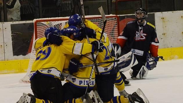 PŘEDLONI se hokejisté Písku a David servisu utkávali v krajské lize. Nyní budou svádět souboje ve druhé lize.