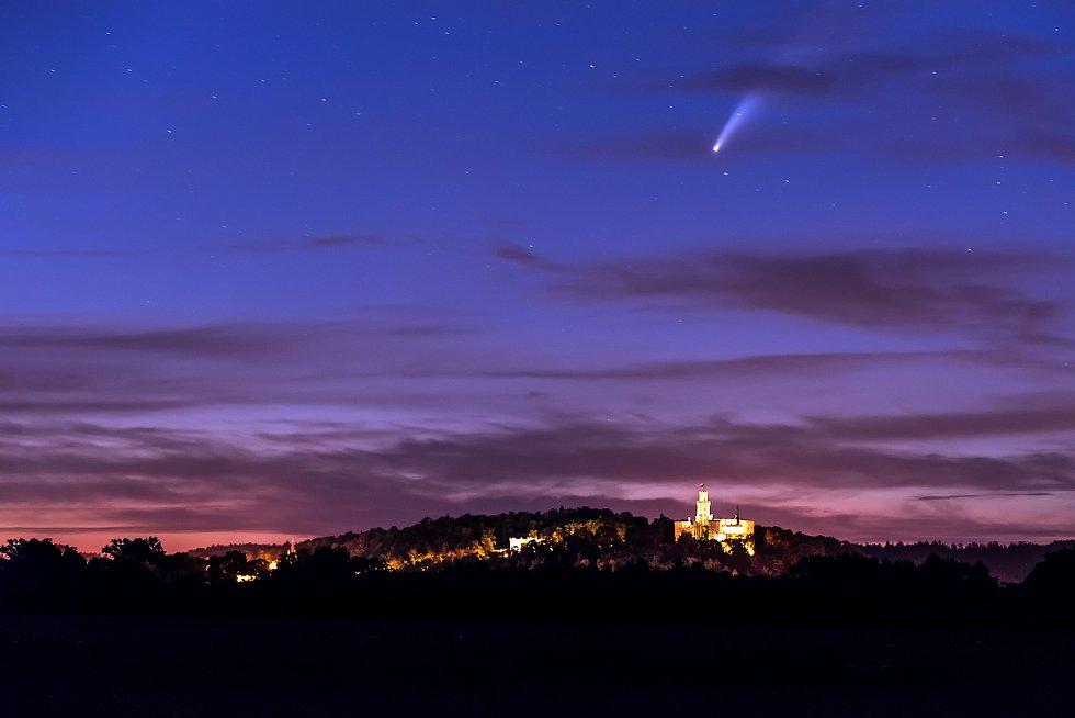Kometa Neowise nad hlubockým zámkem.