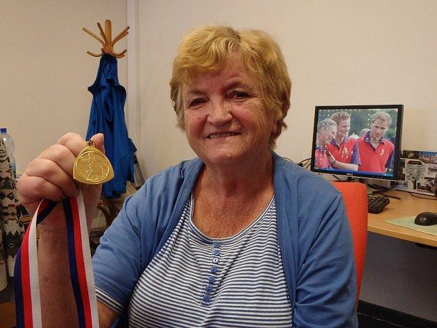 Nestrárnou Božena Lerchová s medailí pro mistryni ČR veteránek nad 70 let.