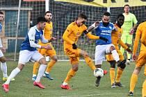 Popáté v řadě fotbalisté FC MAS Táborsko ve II. lize prohráli, tentokráte doma s Duklou Praha 0:1 (na snímku mezi Adamem Provazníkem a Martinem Kučerou je hostující Daniel Kozma).
