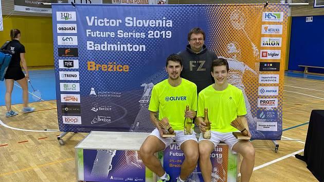 Badmintonisté z jihu Čech Jaromír Janáček (vlevo)  a Tomáš Švejda na snímku s trenérem Radkem Votavou.