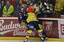 Střelec první branky Motoru Jakub Doktor (ve žlutém) si vyšlápl na obrovitého obránce Kladna André Lakose.