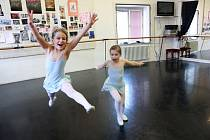 V baletní školičce se učí Emma Mahrová a Anita Krbcová (zleva), v Jihočeském divadle tančí dětskou roli Carmen. Po premiéře dostaly květiny i bonbony.