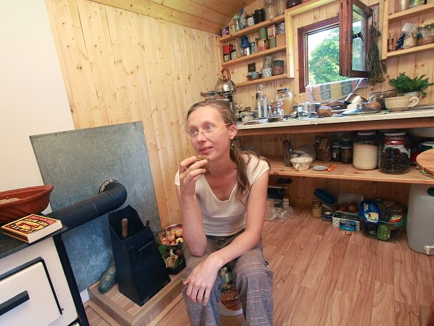 Kuchyňský kout je poměrně jednoduchý. Lenka Žák tu ale může bez problémů péct chleba ivymýšlet recepty do své kuchařky.