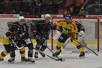 Střelec prvního gólu Motoru Matouš Venkrbec (ve žlutém) hlídkuje před chomutovskou brankou.