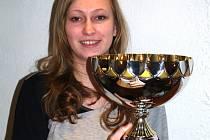Michaela Musilová s pohárem, který obdržela jako nejlepší juniorská střelkyně ČR za rok 2008.