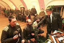 Poslední pasovaní myslivci v Záboří byli před časem David Žák, Luboš Ságer a Vladimír Bořil (zleva). Na rameno se jim dostalo obřadního poklepání od Oldřicha Tripese.
