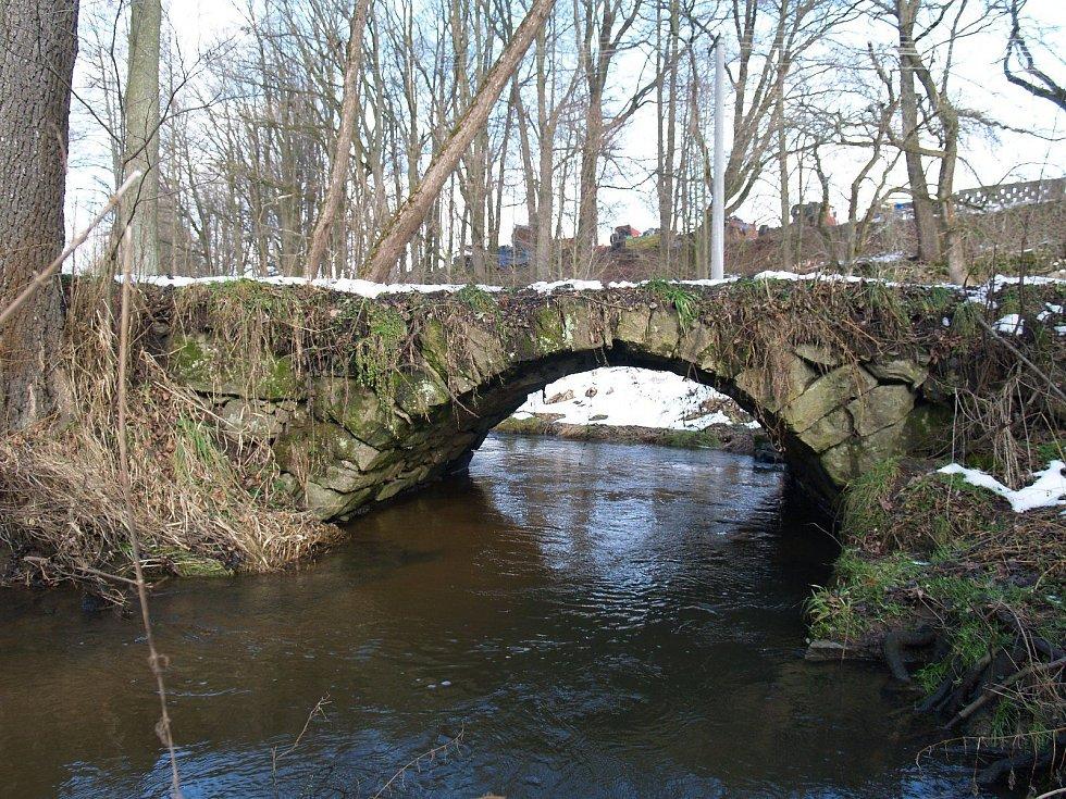 Nově prohlášené památky v jižních Čechách. Patří mezi ně i mostek v Pěčíně u Trhových Svinů.