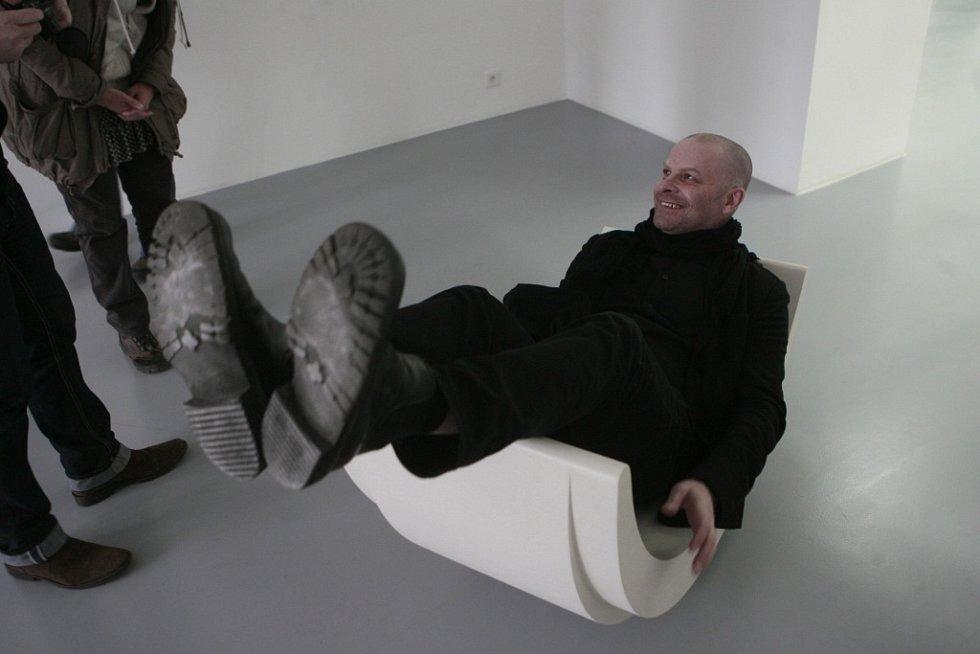 Mladý japonský architekt se světovým věhlasem Takeshi Hosaka poprvé vystavuje v Evropě. Přijal nabídku kurátora českobudějovického Domu umění Michala Škody a instaloval zde výstavu s názvem Ku u so u - Fantazie.