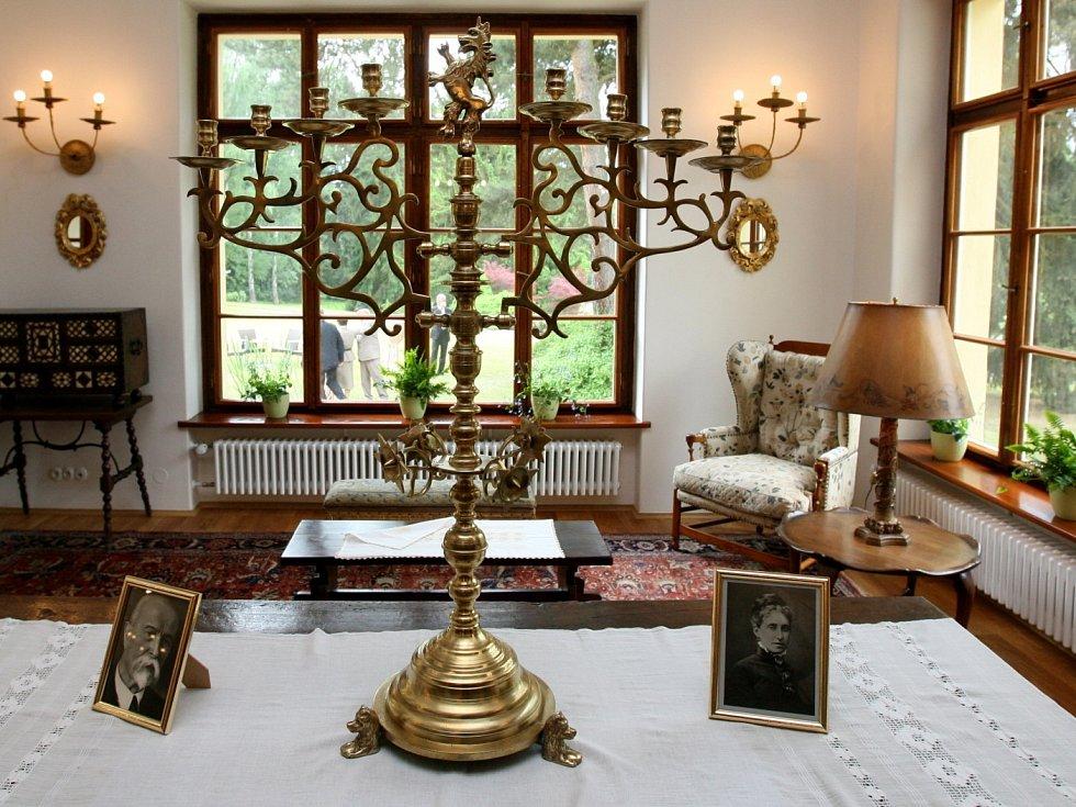 Oblíbený kout s křeslem Edvarda Beneše v hlavní obývací místnosti.