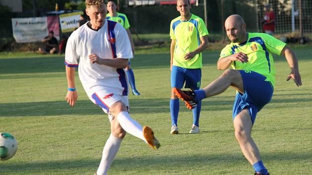 Adam Přibyl (vlevo) se snaží zblokovat střelu Roberta Kochlöfla.