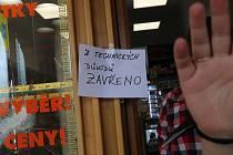 Prodejna tabáku v Českých Budějovicích, kde pachatel držel ve středu 30. 6. ženu jako rukojmí, byla i ve čtvrtek 1. července zavřená.