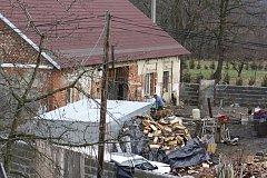 V této stodole v Chvalešovicích žilo donedávna přes 90 psů. Dnes už je jich tu jen něco málo přes 10. Hlavní zásluhu má na tom občanské sdružení Cibela.