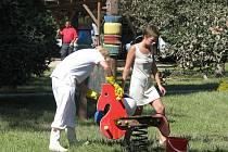 Mytí oken a čištění zahrady, to byla hlavní náplň všech učitelek a vychovatelek z mateřské školy v Alešově ulici. Díky shodě náhod byla zahrada v době exploze prázdná.