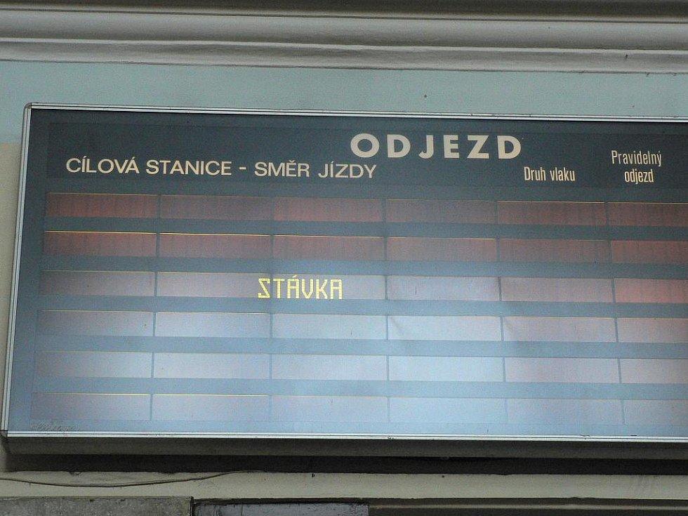 Prázdné vlakové nádraží.