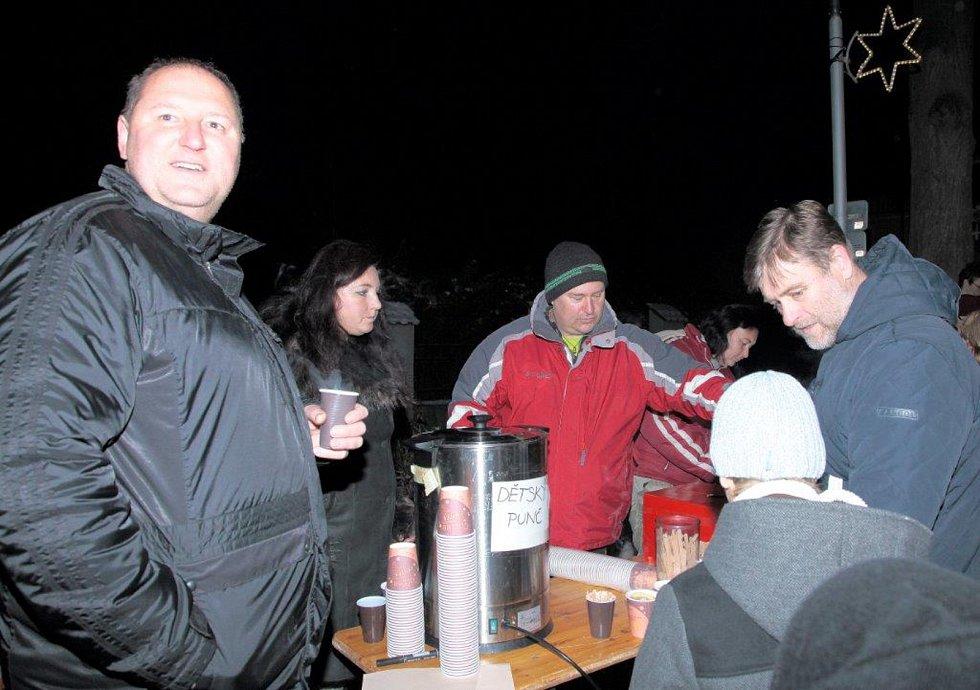 Na tři stovky lidí sledovaly v sobotu po setmění rozsvícení vánočního stromu v Dobré Vodě u Českých Budějovic.
