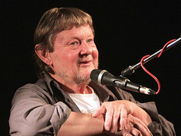 Písničkář Vladimír Merta se v pátek představil ve zcela zaplněném českobudějovickém klubu Horká vana. K nejhezčím hudebním momentům patřilo provedení písní Začouzené sklíčko a Astrolog z dnes již klasického alba P. S. z roku 1978.